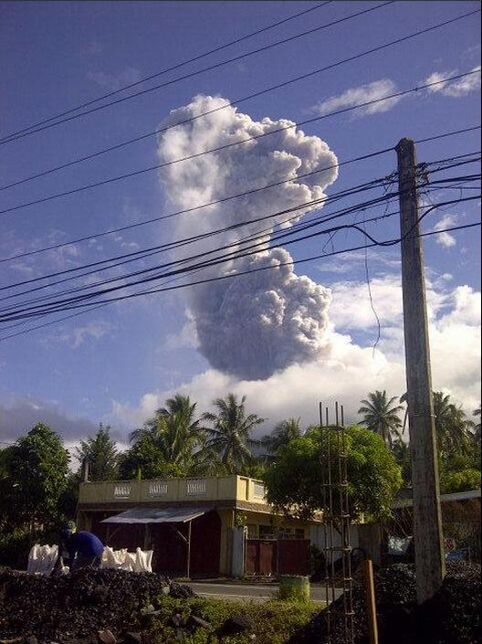 Large smoke plumes coming out of Mayon Volcano. Photo by @misterohnard pic.twitter.com/mZh92sugUh